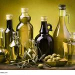 insieme di bottiglie con olio extravergine di oliva