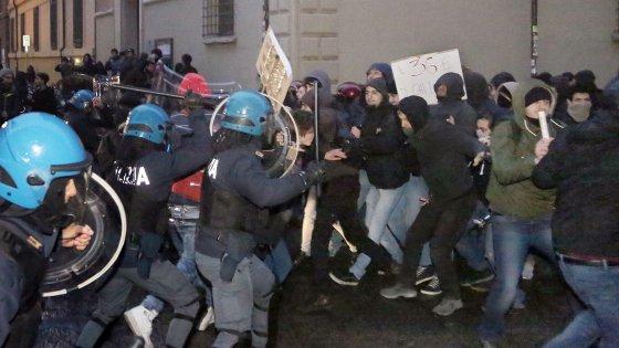 Un momento degli scontri fra polizia e studenti a Bologna