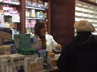 Maria Carmela Lanzetta dietro il banco della farmacia