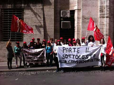 Una protesta delle lavoratrici della Consulmarketing