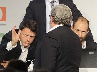 Matteo Renzi, Michele Emiliano, di spalle, e Matteo Orfini all'assemblea del Pd di domenica