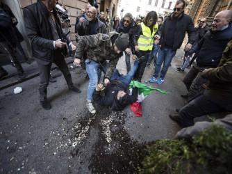 Tassisti a Roma, un manifestante armato di tirapugni