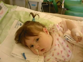 La piccola Anita nel letto dell'ospedale, è morta a 5 mesi