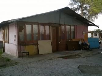 La baracca del campo rom di Scampia dove vive la donna della storia con i suoi quattro figli