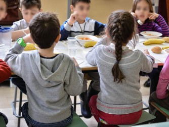Bambini a una mensa scolastica