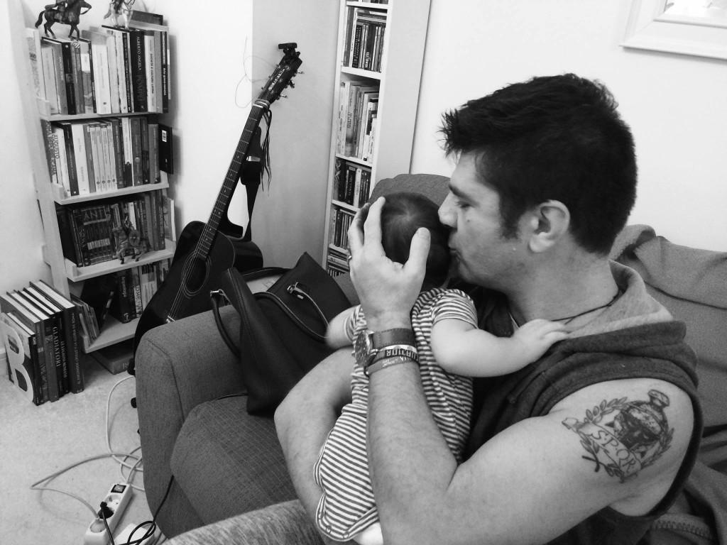 Fabio Carbone con il figlio nato in Portogallo, cresciuto in Gran Bretagna e cittadino italiano
