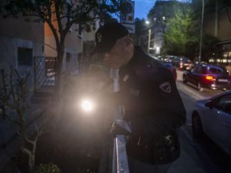 Un poliziotto cerca tracce dopo l'assassinio di Ana Maria Stativa