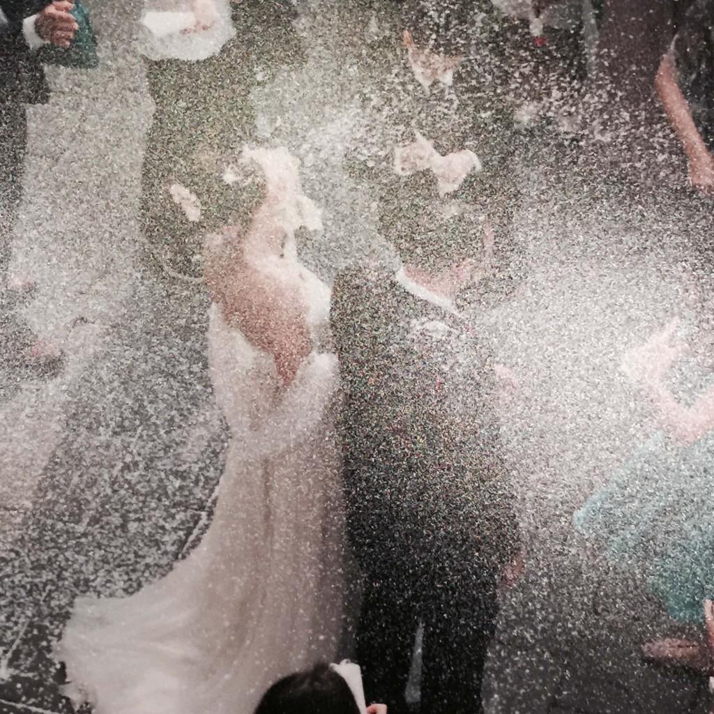 Elena e il marito coperti dal lancio del riso il giorno del matrimonio