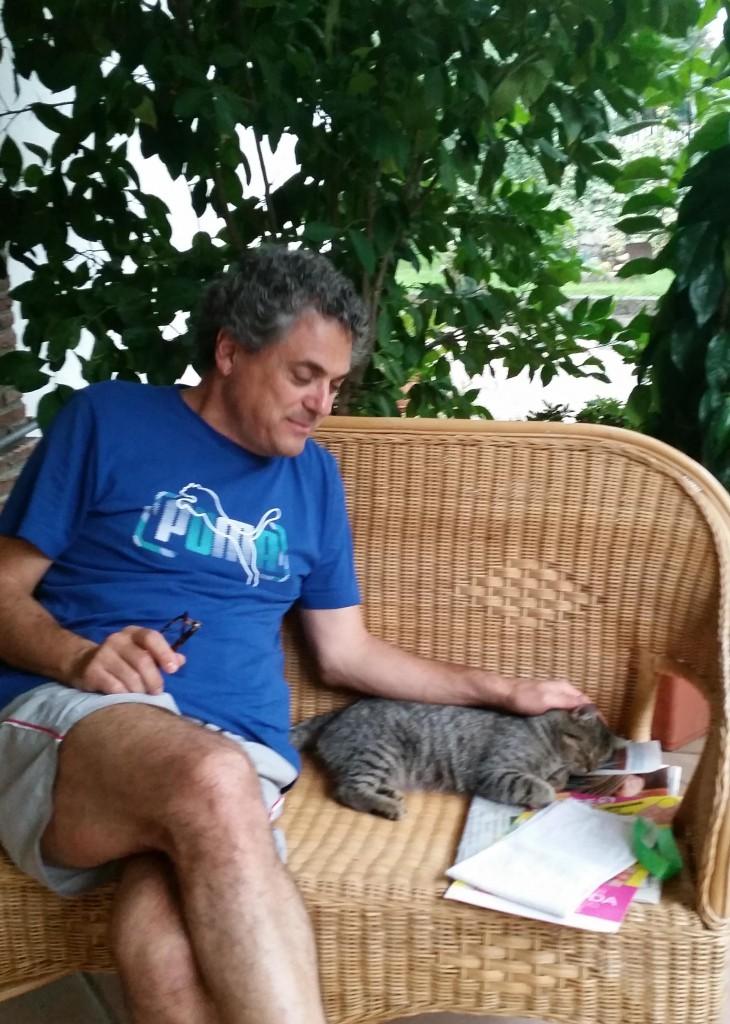 Massimo D'Agostino con uno dei suoi gatti