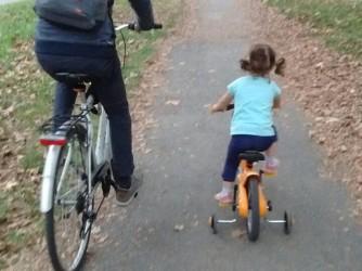 Nico e la figlia, naturalmente in bici, per le strade di Torino