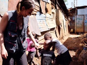 Valentina Tamborra con dei bambini a Nairobi