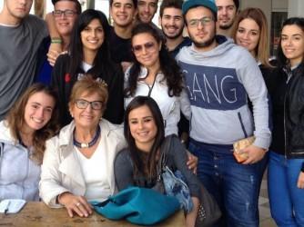 La professoressa Donatelli con un gruppo dei suoi alunni