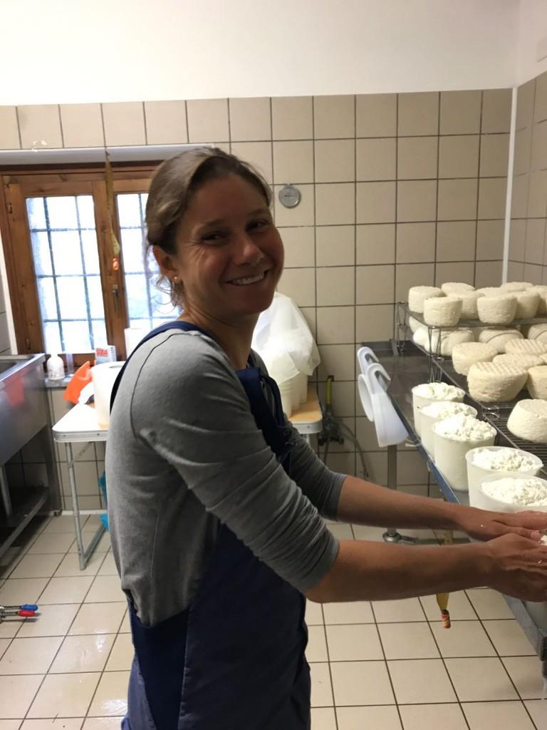 Simona Dalla Riva felice nel caseificio
