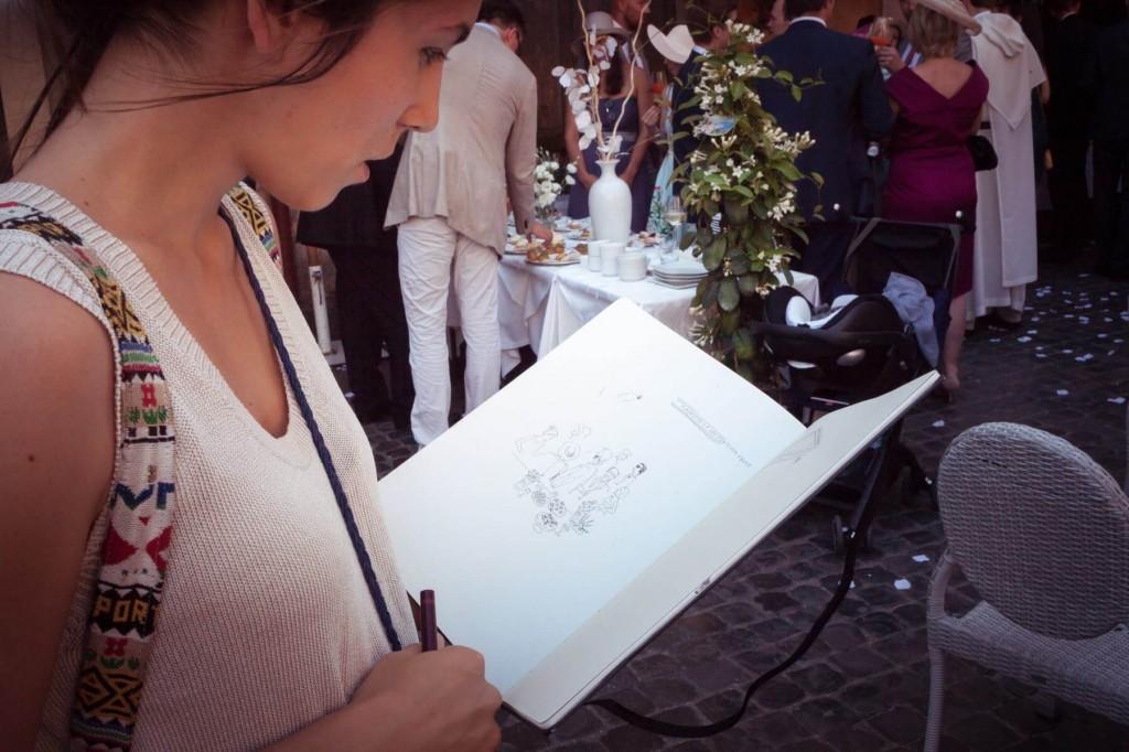 Tamara impegnata a disegnare durante un matrimonio