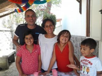 Ilaria con il marito Luigi e i figli Aurora, Sofia e Gabriel