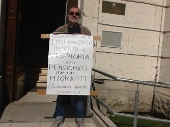 Franco Di Giangirolamo durante la sua protesta davanti all'ambasciata