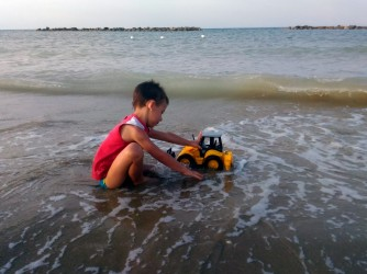 Jacopo gioca al mare
