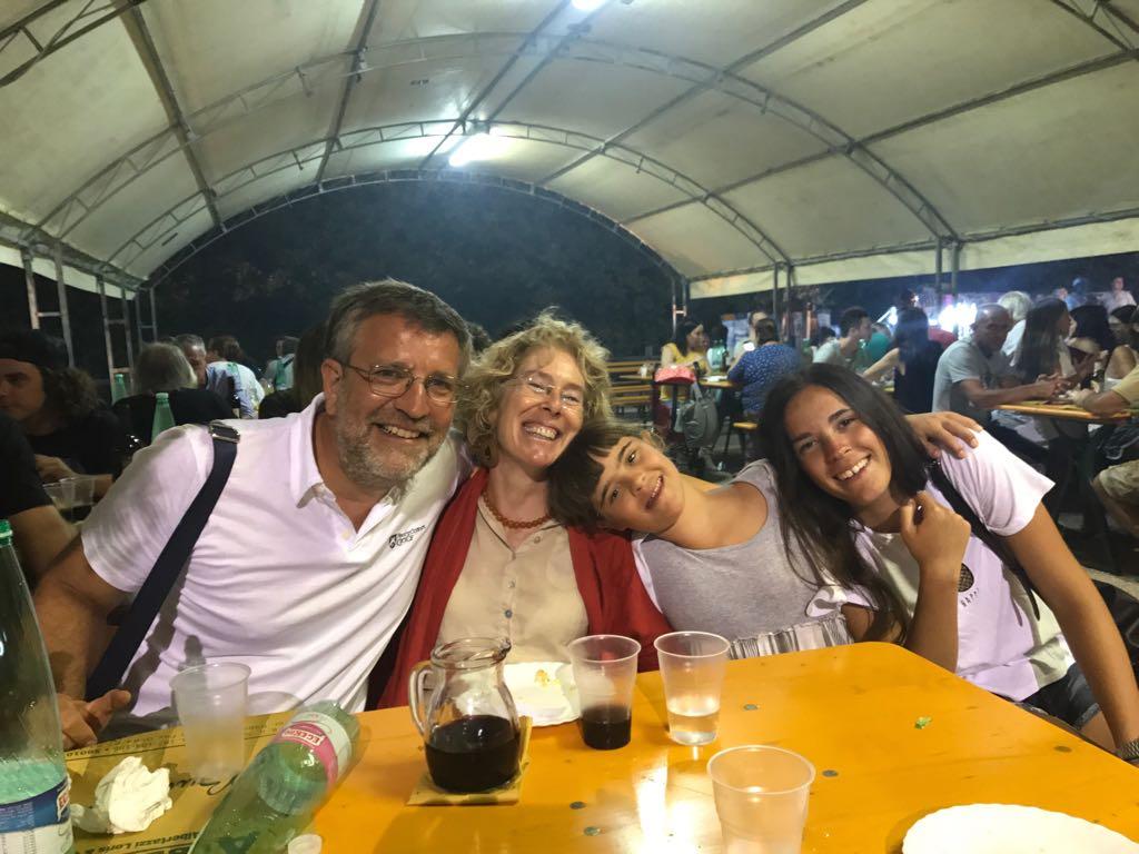 Giulia con la mamma Isabella, la sorella Valentina e il papà Francesco