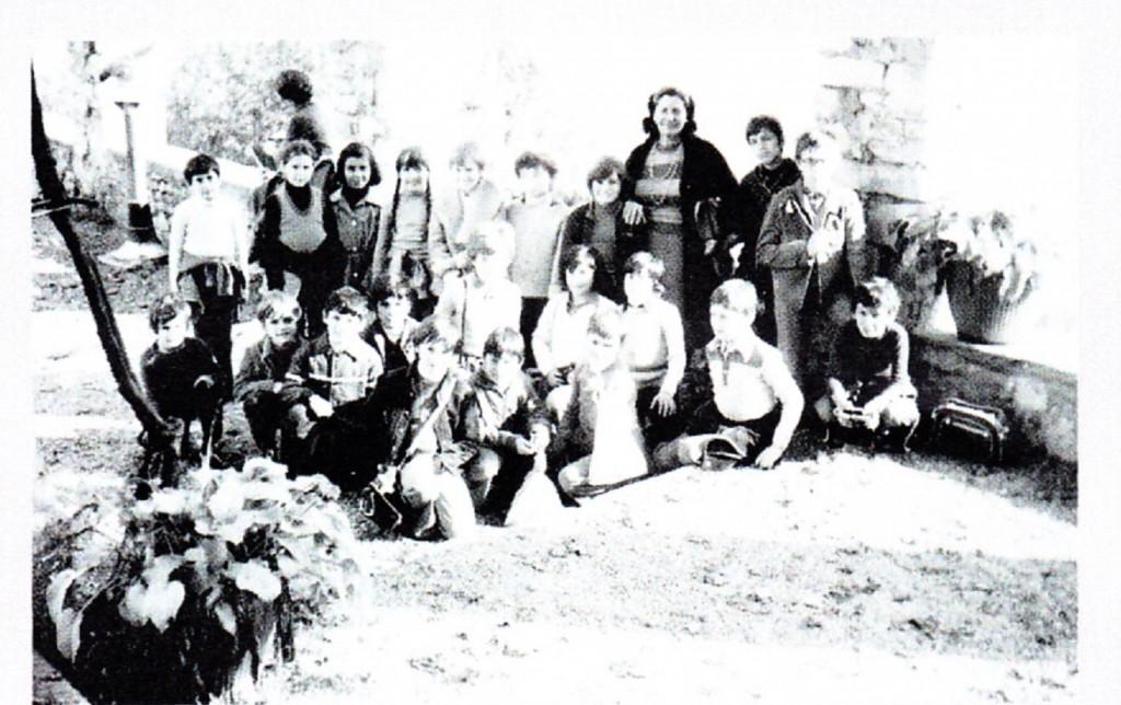 1976, lezione in giardino per la maestra Lucia e i ragazzi della terza C