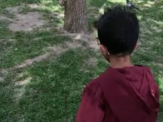 Vittorio e uno scoiattolo in un parco di Roma