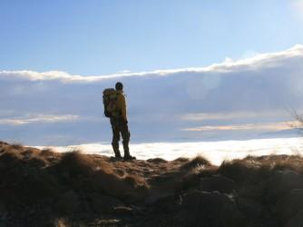 Luca guarda le nubi dall'alto di una montagna