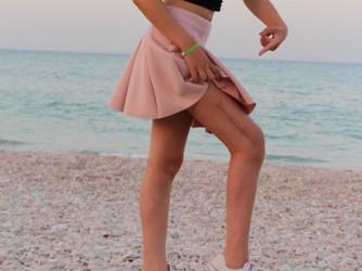 Gaia mostra la cicatrice sulla sua gamba operata per il tumore