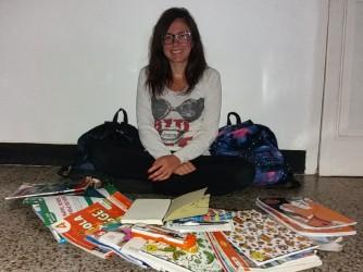 Valentina con il materiale scolastico che ha dovuto comprare