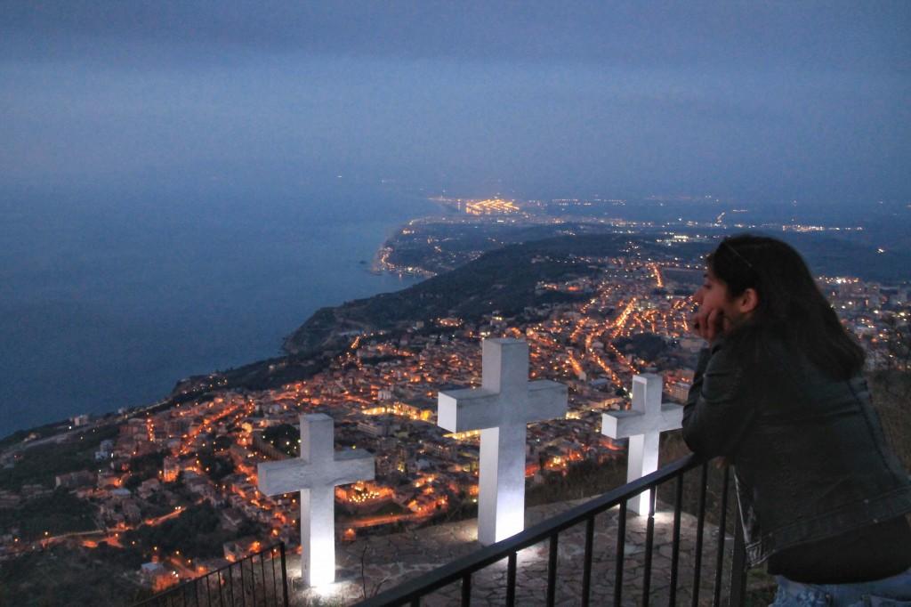 Giulia guarda il mare e il suo paese, in Calabria