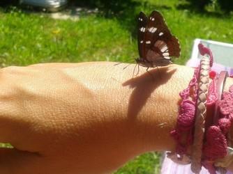 Una farfalla si è posata sul braccio di V., una simbolica immagine di libertà