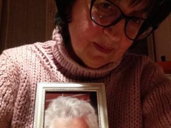 Franca con la foto di sua madre Adele