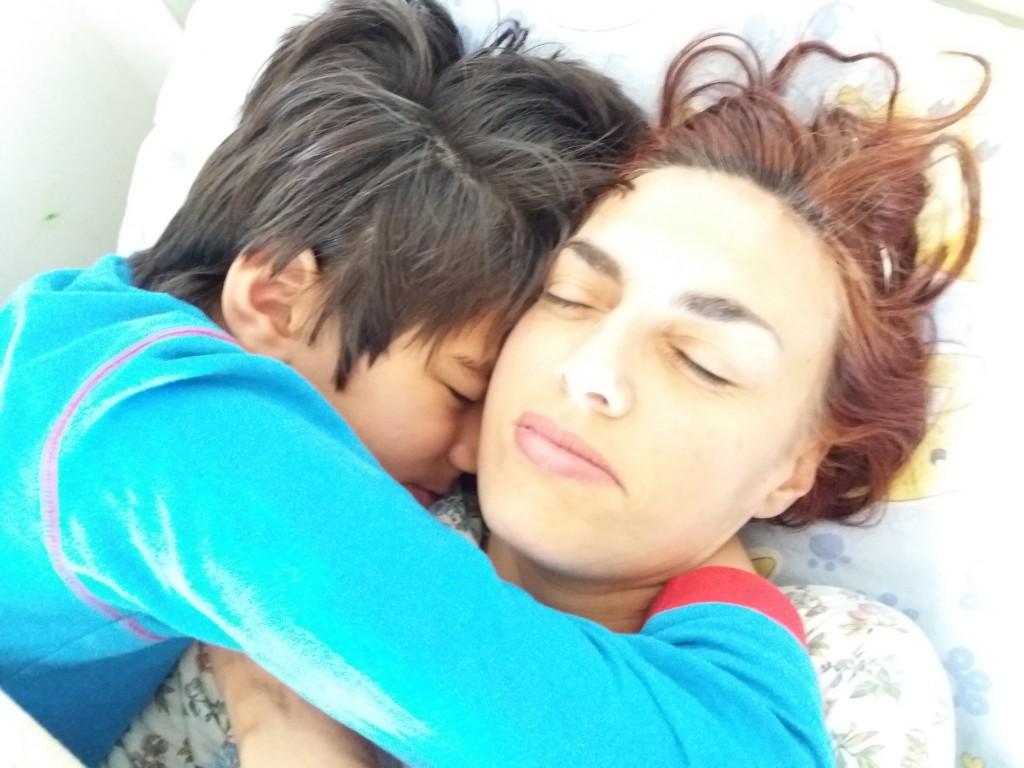 Matteo abbracciato alla madre, Fernanda