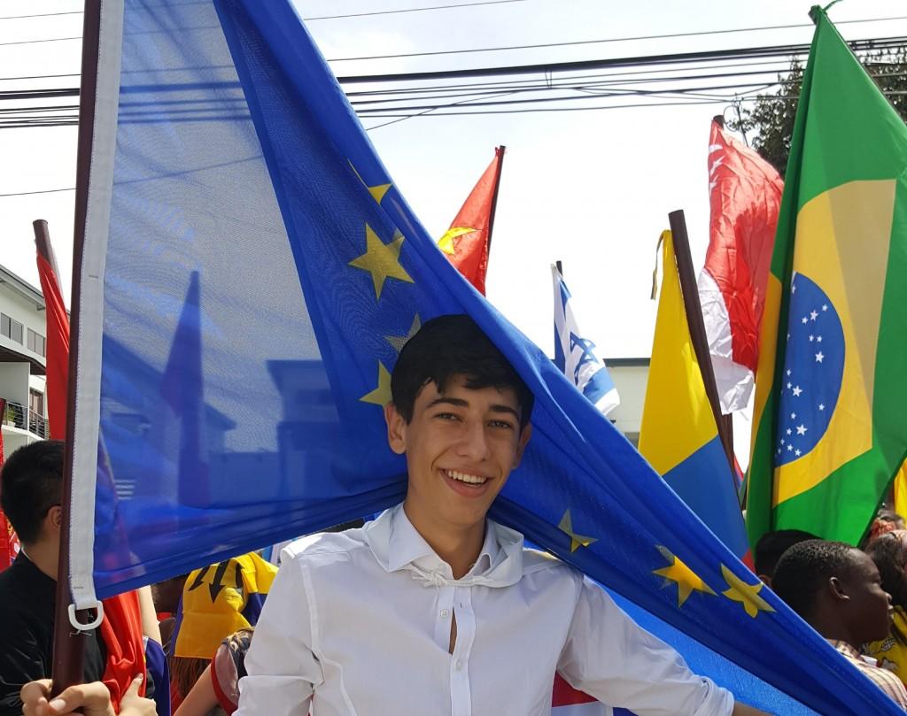 Davide sfila con la bandiera europea il 15 settembre festa dell'indipendenza del Costa Rica