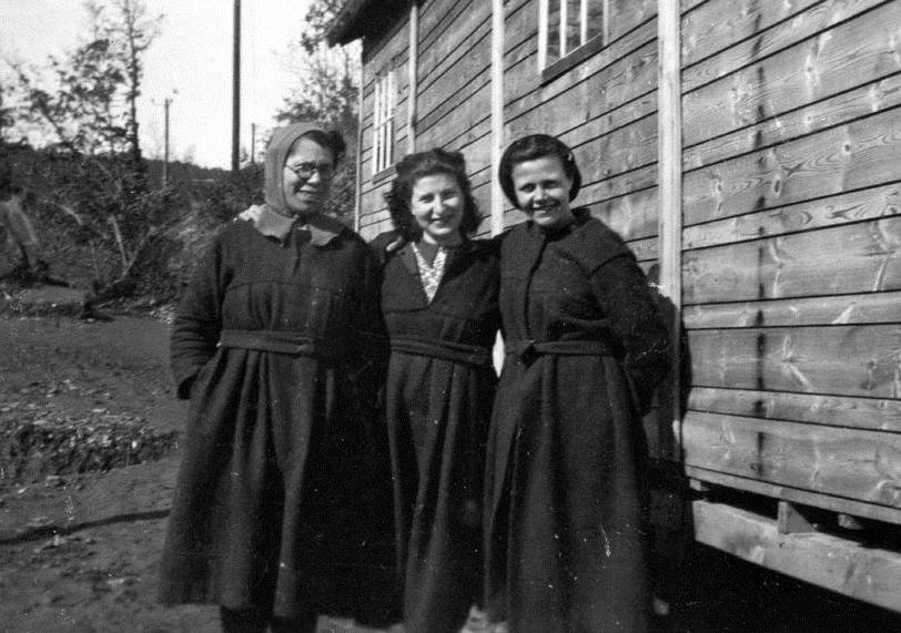 Teresa Noce, prima a sinistra, nel campo di internamento di Rieucros, in Francia