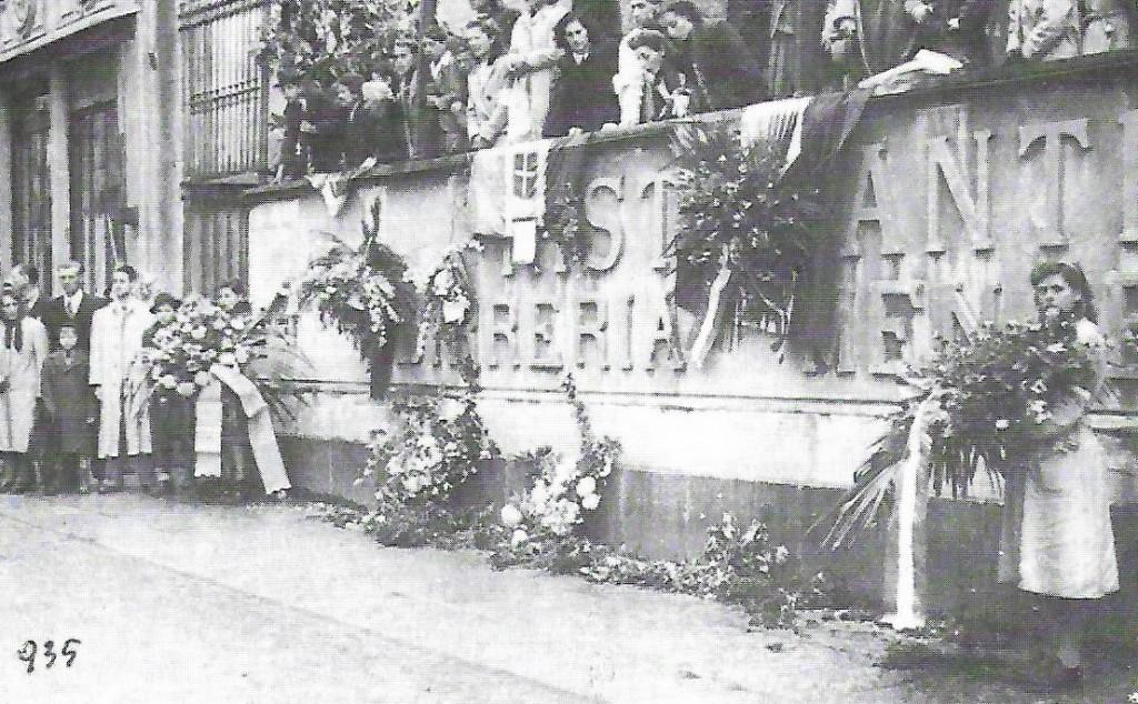 """La commemorazione dei partigiani fucilati il 24 ottobre 1944. Foto tratta dal libro """"Antologia dell'Antifascismo e della Resistenza Novarese"""" (Grafica Novarese, 1984)"""
