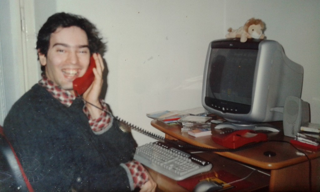 Tutta la gioia di Gianluca sorpreso dal fotografo al telefono