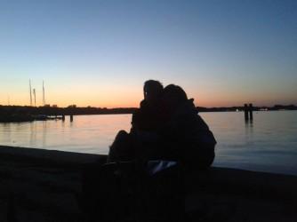 Costanza e suo fratello abbracciati davanti al tramonto