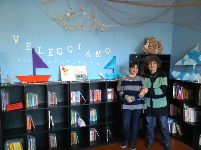 Ilaria, a sinistra, e Monica nella loro biblioteca di classe