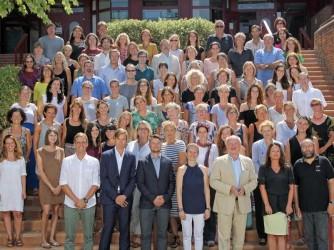 Michela Di Pompeo con i colleghi, è la quinta dall'alto della prima fila da destra, ha una maglietta bianca e una collana. Sorride