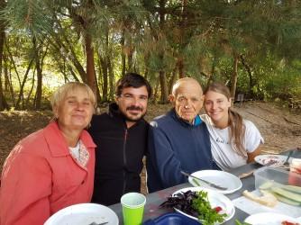 Eugenia (ultima a destra) e il suo compagno con i parenti ucraini