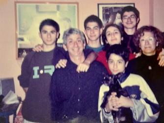Antonio e di Maria Bonarda in una foto di 15 anni fa. I ragazzi si chiamano, in ordine decrescente di età, Emanuele, Giaime, Raffaele, Gianvittorio, Violetta. Emanuele ha in collo Lilla che ora non c'è più
