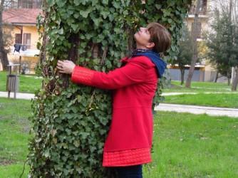 A Cinzia piace abbracciare gli alberi