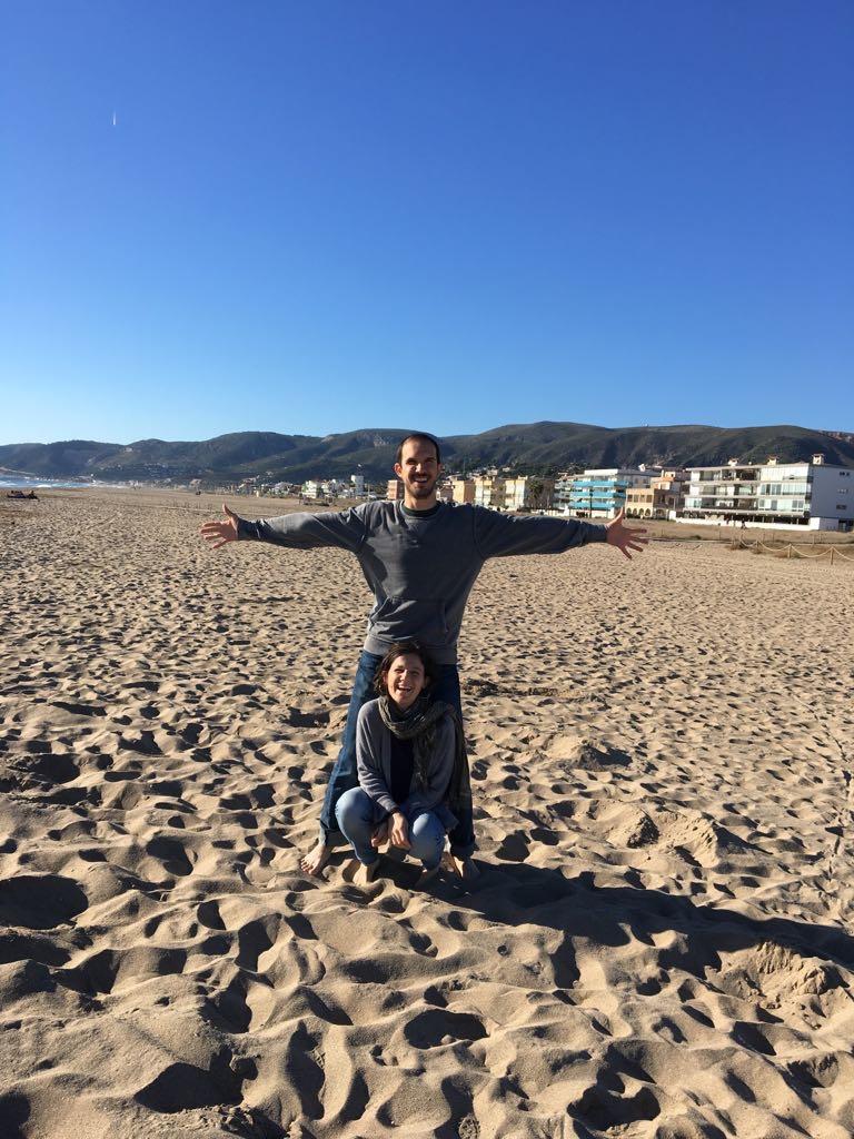 Giulia e Pietro, il suo ragazzo, su una spiaggia spagnola