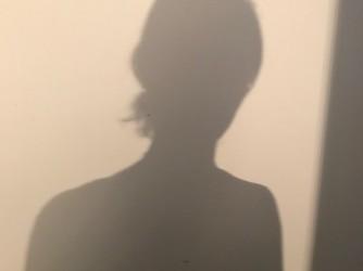 """L'ombra di Marianna su un muro: """"Vorrebbero farmi sentire così, ma non mollo"""""""