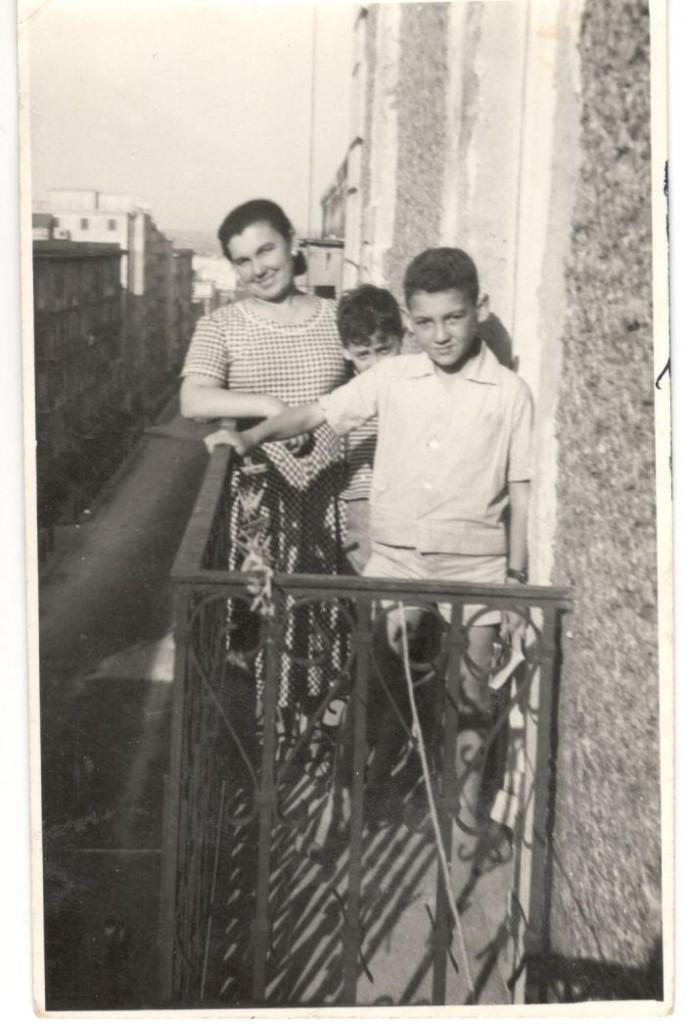 Benedetto è il primo, dietro di lui si intravede suo fratello Silvio, dietro ancora la mamma, Angela