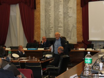 Gaspare Barraco, uno dei docenti che ha scritto, al centro in piedi