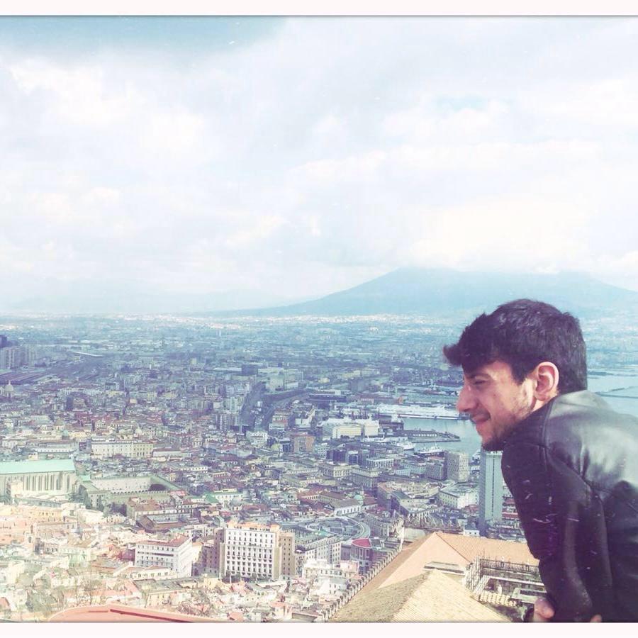 Raffaele a Napoli, dove ha fatto l'Università e si è laureato