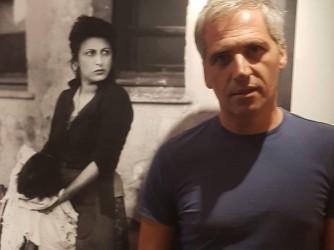 Dietro Riccardo una foto di Anna Magnani attrice simbolo del Neorealismo che nelle periferie ha trovato la forza di molte storie