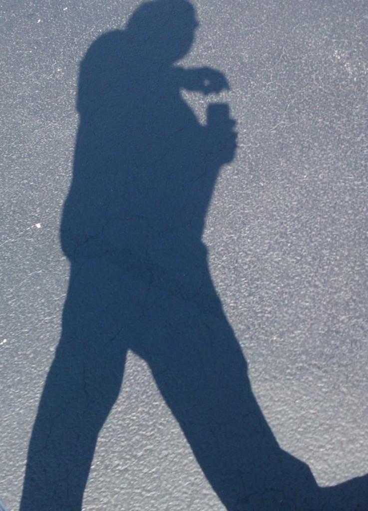 L'ombra di Paco, quasi a simboleggiare come le famiglie dei malati mentali per il servizio sanitario siano ombre