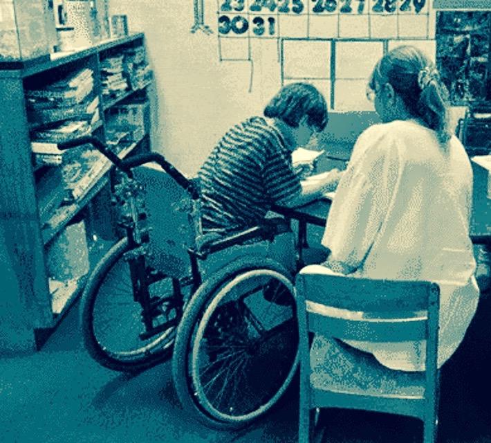 Un alunno disabile con la sua professoressa di sostegno (immagine di repertorio)