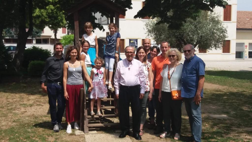Fabrizio con la grande e bella famiglia, al centro don Dino, padre comboniano, suo cognato